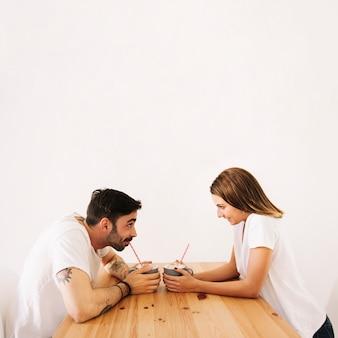 Paar dat van dranken geniet bij lijst