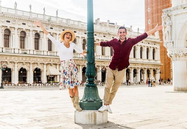 Paar dat van toeristen piazza san marco, italië bezoekt