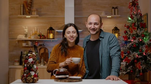 Paar dat videogesprek gebruikt voor feestelijke communicatie