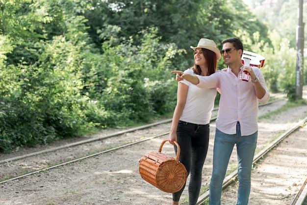 Paar dat weg op de spoorweg kijkt