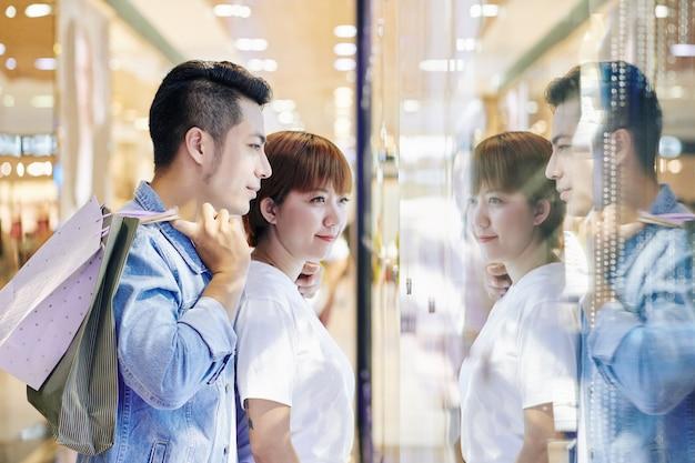Paar dat winkelvertoning bekijkt