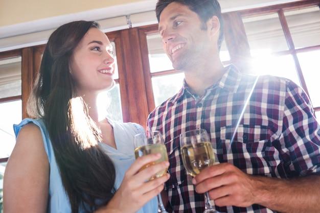Paar dat witte wijn in restaurant heeft