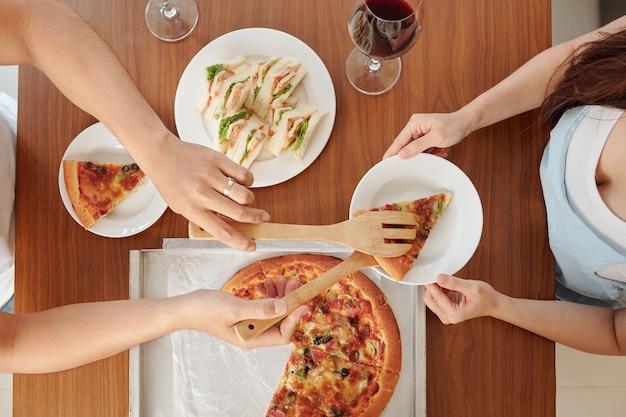 Paar dat zelfgemaakte pizza eet