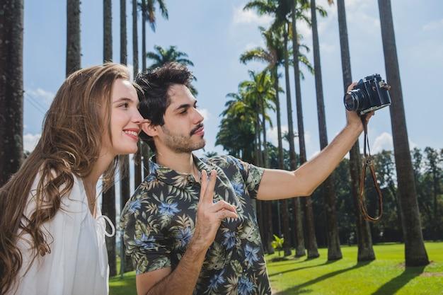 Paar dat zelfie met vintage camera neemt