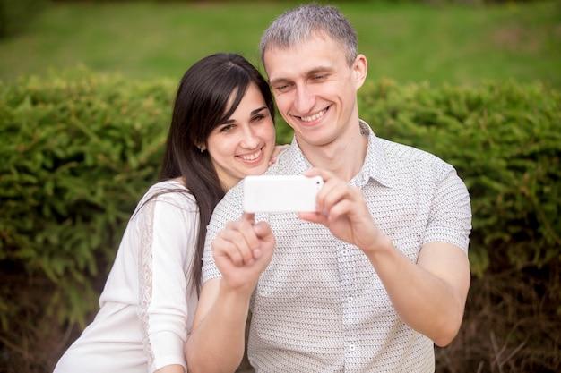 Paar dat zelfportret met de telefoon neemt