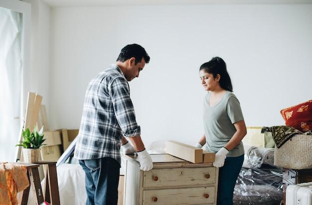 Paar dat zich in nieuw huis beweegt