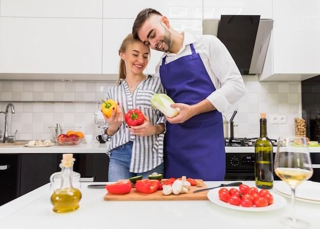 Paar dat zich met groenten aan tafel
