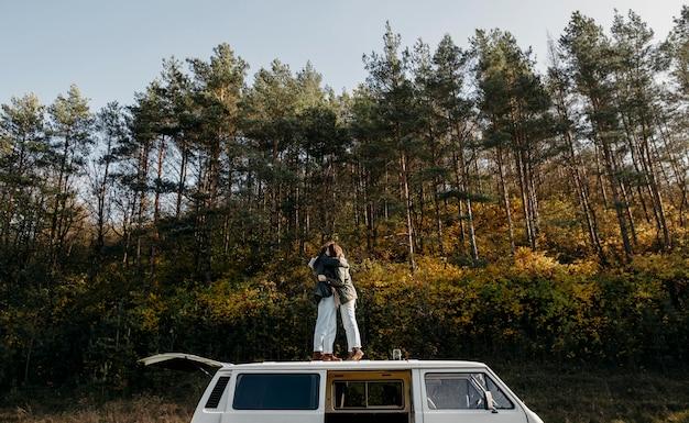 Paar dat zich op een busje buiten bevindt