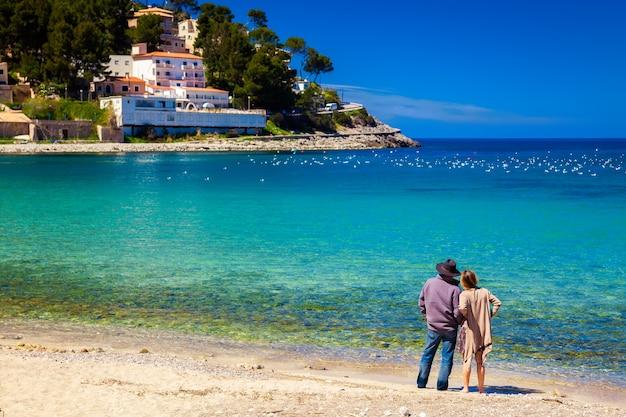 Paar dat zich op het strand in mallorca bevindt