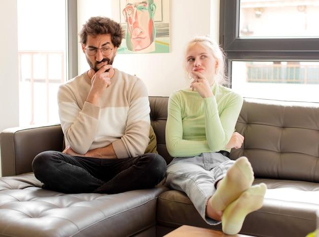 Paar denken, twijfelachtig en verward, met verschillende opties, zich afvragend welke beslissing ze moeten nemen