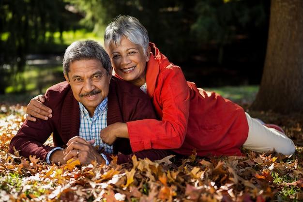 Paar die bij park tijdens de herfst rusten