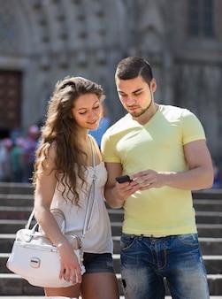 Paar die de kaart gebruiken bij smartphone