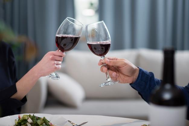 Paar die glazen wijn hebben bij de dagdiner van hun valentijnskaart