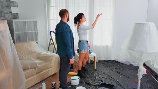 Paar die huis renoveren. appartement herinrichting en woningbouw tijdens renovatie en verbetering. reparatie en decoreren.