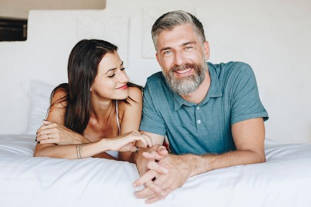 Paar die hun wittebroodsweken in bed doorbrengen