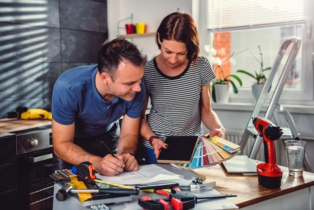 Paar die kleurenmonster bekijken tijdens keukenvernieuwing