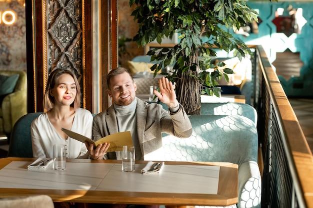 Paar die ober in restaurant roepen