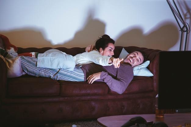 Paar die op laag liggen en op een film letten