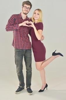 Paar die rode hart zoete liefde op de dag van wit, gelukkig valentine houden