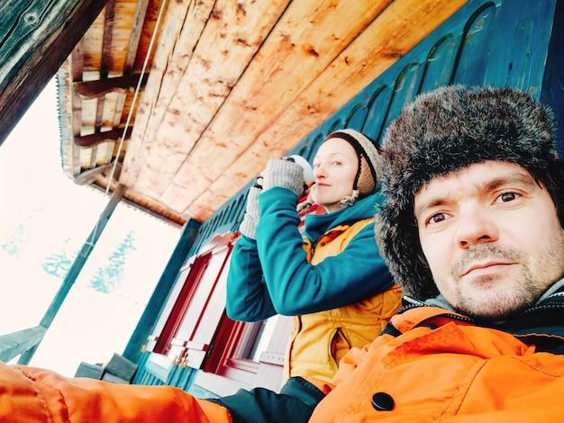 Paar die van drank op een de winterdag genieten