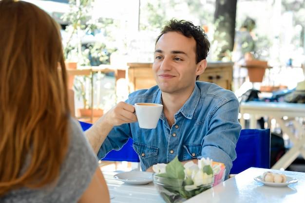 Paar die van een koffie genieten bij de koffiewinkel