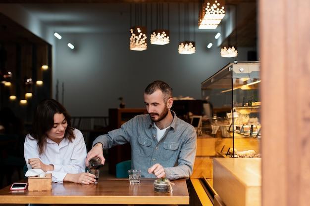Paar die van koffie in winkel genieten