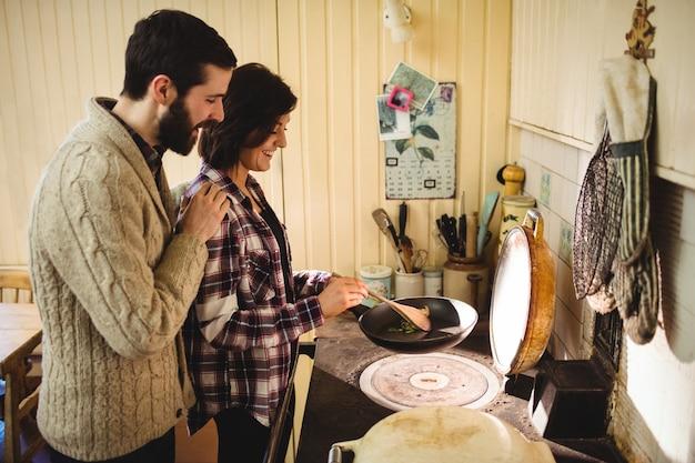 Paar die voedsel samen in keuken voorbereiden