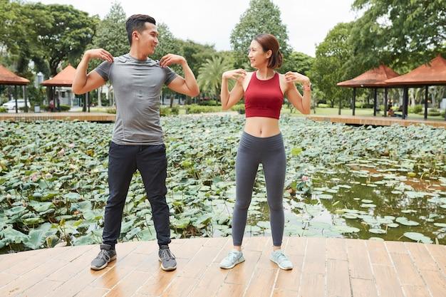 Paar doen oefeningen