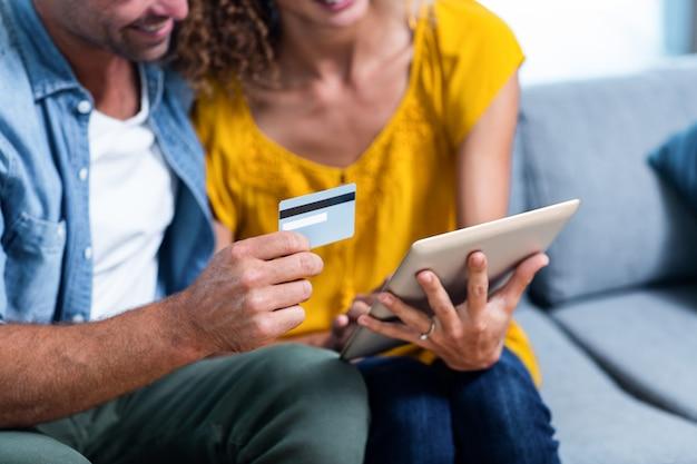 Paar doen online winkelen op digitale tablet