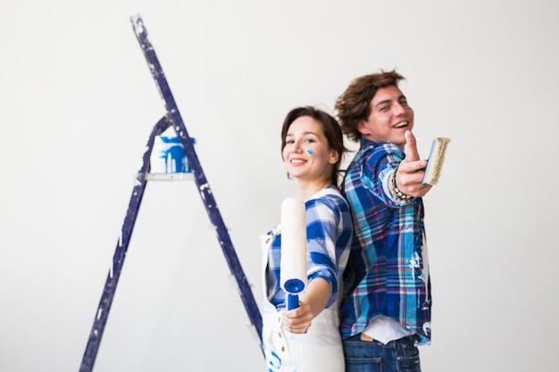 Paar doet renovatie thuis en duimen opdagen