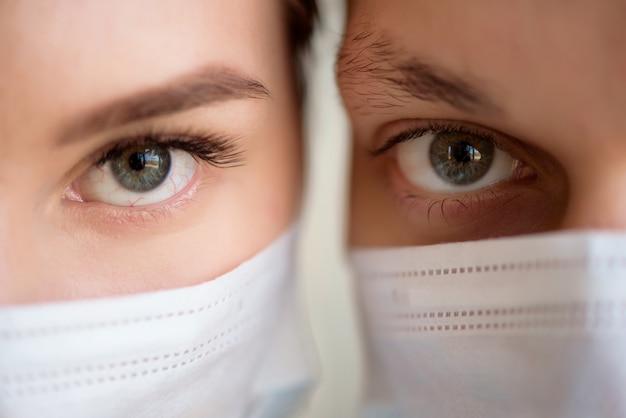 Paar dragen gezichtsmasker tijdens coronavirus en griepuitbraak. bescherming tegen virussen en ziekten op een openbare, drukke plaats.