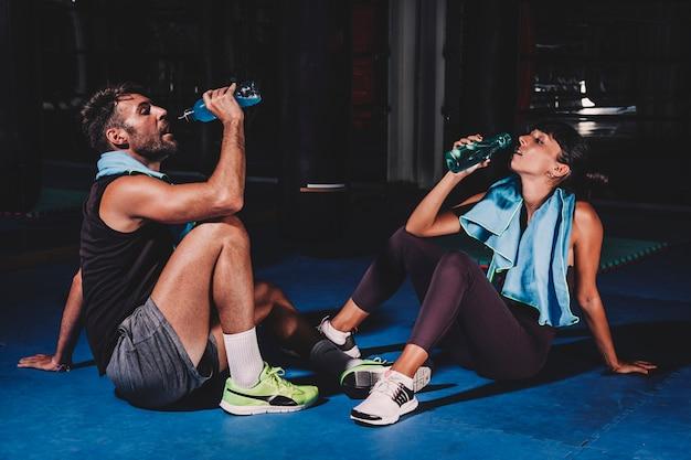 Paar drinken in de sportschool