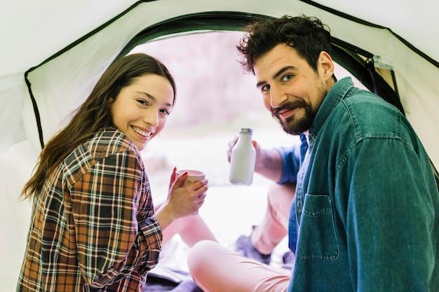 Paar drinken in de tent