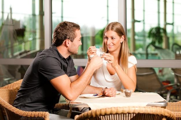 Paar drinken koffie in café