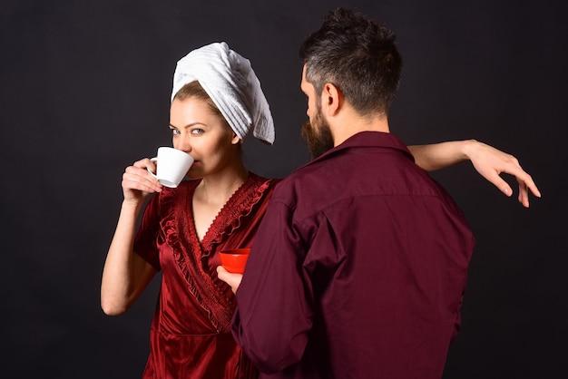 Paar drinken koffie 's ochtends paar ontbijten man en vrouw ontbijten samen