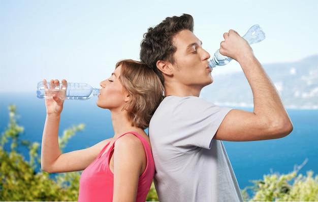 Paar drinkwater na training