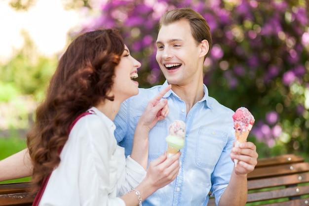 Paar een grapje en plezier terwijl het eten van een ijsje