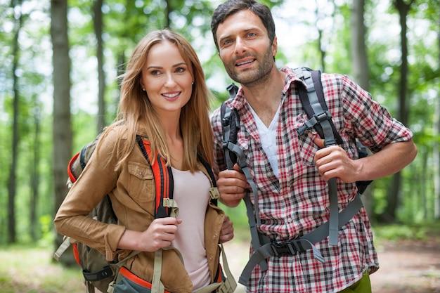 Paar een zonnige dag doorbrengen in het bos