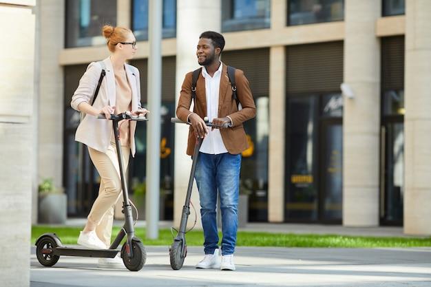 Paar elektrische scooters rijden in de stad