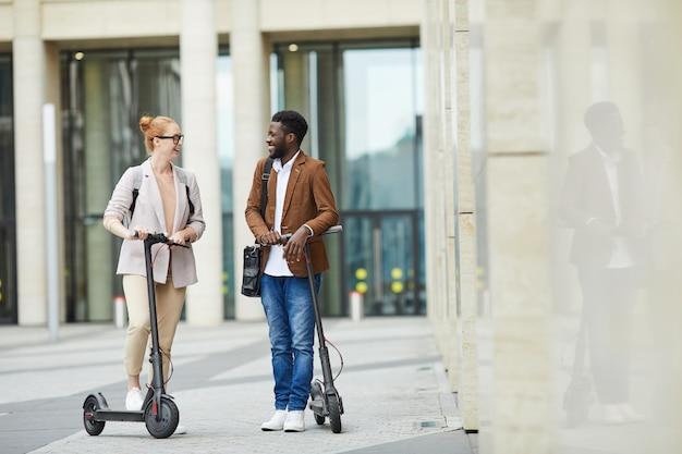 Paar elektrische scooters rijden
