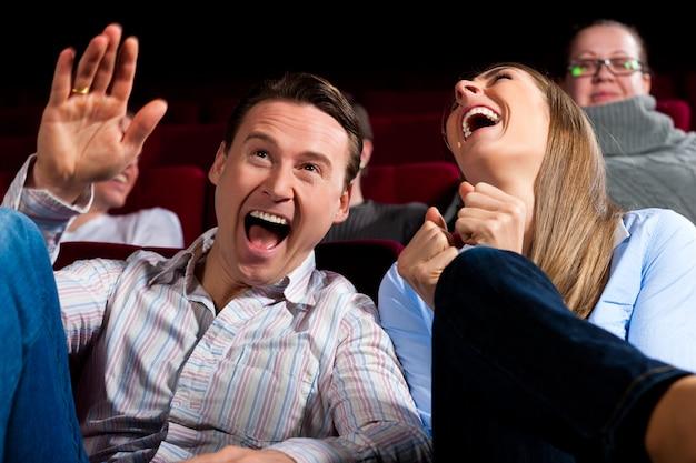 Paar en andere mensen in de bioscoop