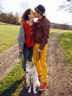 Paar en husky wandelen in een park