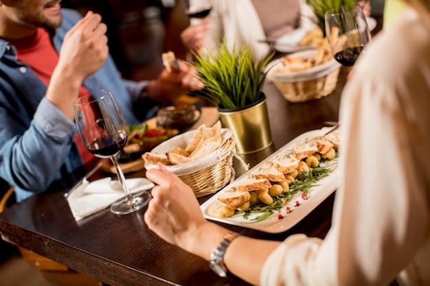 Paar eten in restaurant