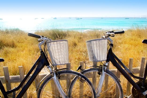 Paar fietsen geparkeerd in het strand van formentera