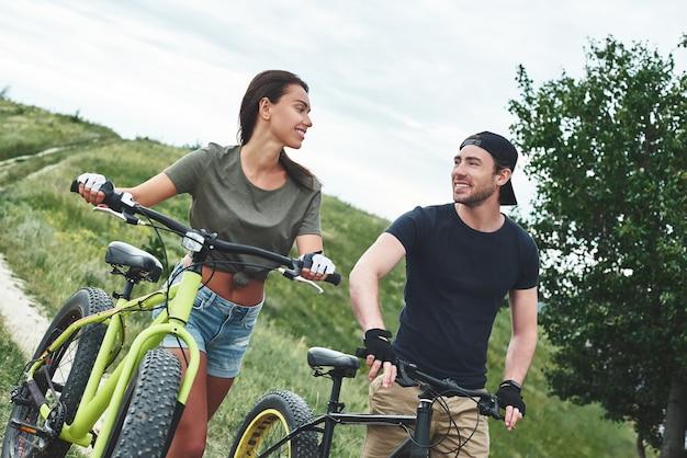 Paar fietsen man en vrouw relaties close-up