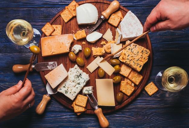 Paar fijne avond met kaasplankje en wijn