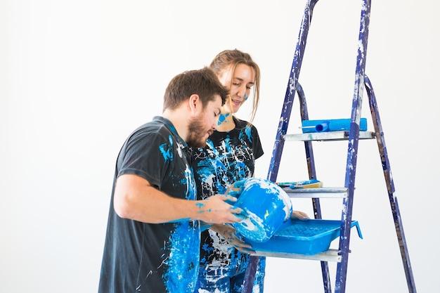 Paar gaan de muur schilderen ze bereiden de kleur voor