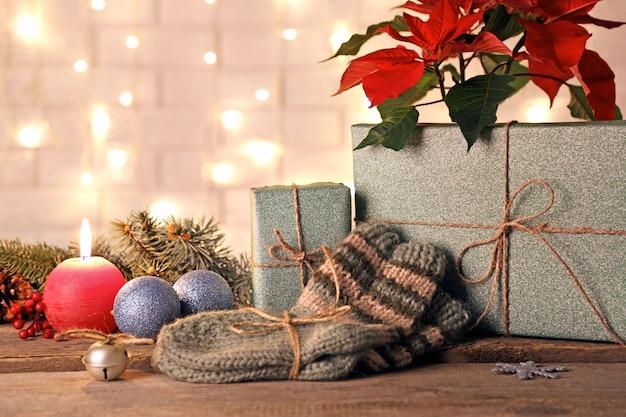 Paar gebreide sokken met ingepakte cadeaus voor kerstmis op bakstenen muuroppervlak