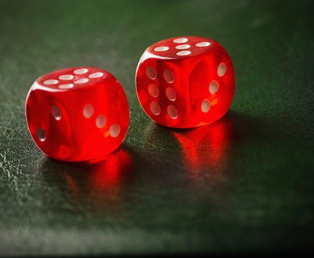 Paar gegooid rode dobbelstenen op groene tafel