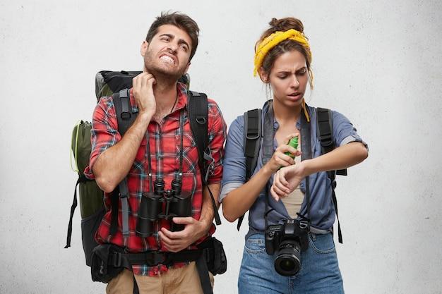 Paar gekleed terloops poseren
